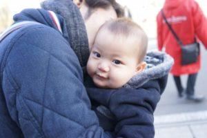抱っこ紐で満足している赤ちゃん